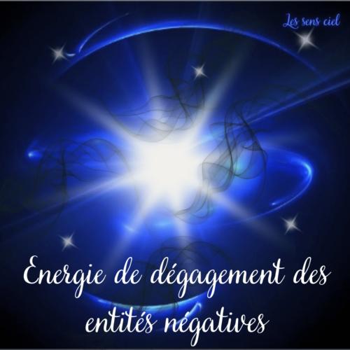 Energie de dégagement des entités négatives